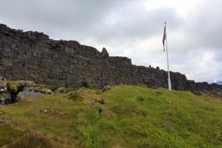 AIDAluna_Island_Reykjavik_Nationalpark_Pingvellir_Gesetzesfelsen_mit_Flagge